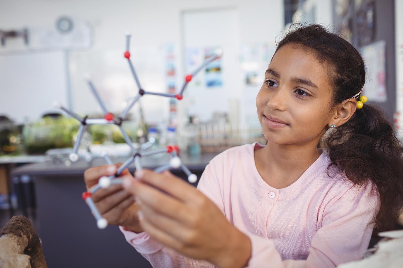 """Motivar a las niñas desde edades tempranas para conocer el significado de """"hacer ciencia"""" es clave para el desarrollo de nuevas investigaciones. Como profesoras e investigadoras en estas disciplinas debemos hacer un esfuerzo en la búsqueda de apoyos de financiamiento para proyectos con este propósito. -"""