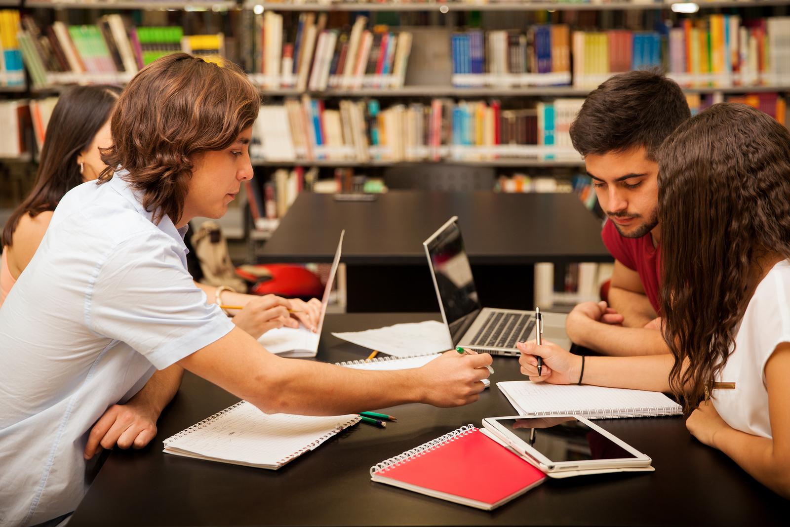 Según un estudio, los recursos educativos abiertos no sólo reducen el costo de una carrera universitaria,además, mejoran el rendimiento académico y bajan las tasas de deserción.  - Imagen: Bigstockphoto