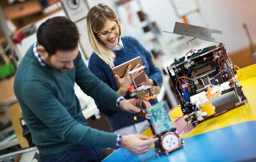 Estudiantes en proyecto de robótica