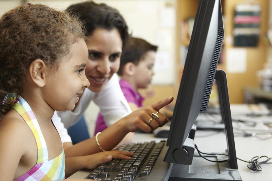 A pesar de que los padres de familia lucen optimistas frente al uso de la tecnología en el aula, piden más apoyo y promoción de parte de las empresas tecnológicas y gobiernos del mundo. - Imagen: Bigstock