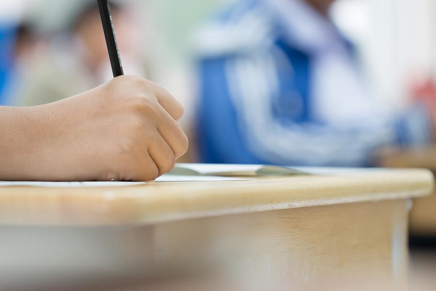 Los universitarios de escasos recursos aprovechan menos su carrera ya que necesitan trabajar largas jornadas en empleos alejados de sus áreas de estudio, además de cumplir con la carga académica. - Imagen: Bigstock
