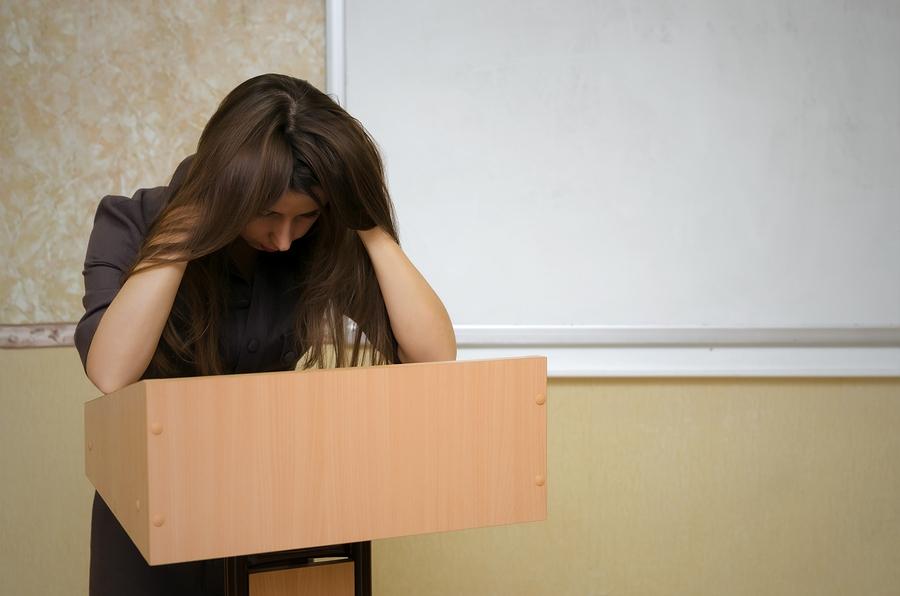 Docentes y empleadores concuerdan que la habilidad de hablar en público es esencial. Sin embargo, para muchos estudiantes que padecen ansiedad exponer en clase es una tortura. ¿Debe ser esta una actividad opcional? - Imagen: Bigstock