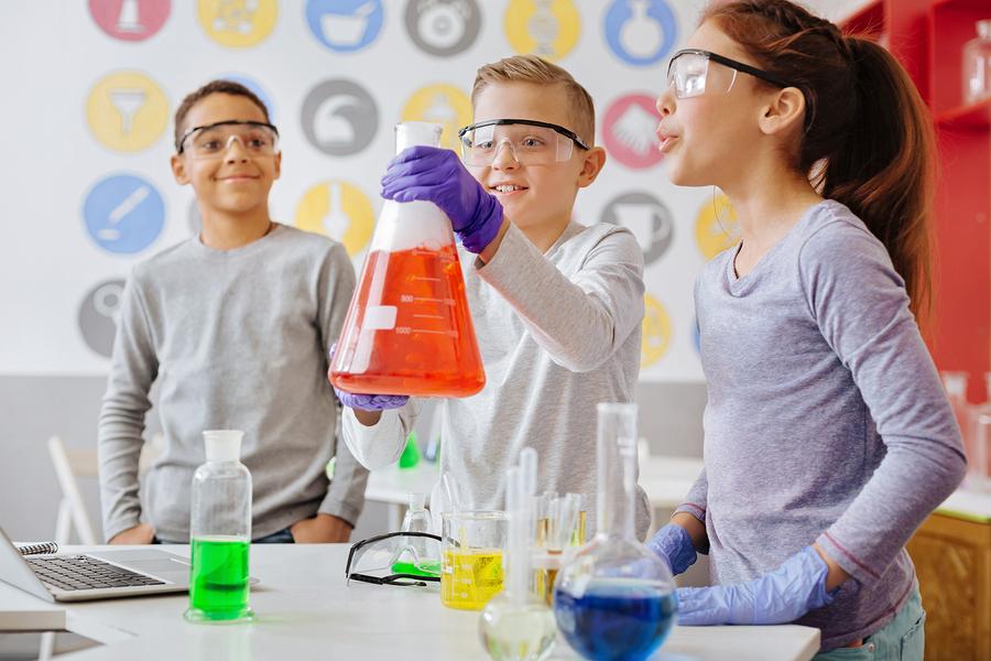 Para reflejar el avance de las competencias que adquieren los estudiantes en el laboratorio ciencias, diseñamos una rúbrica analítica que define lo que se espera del alumno. Con esta misma rúbrica podemos dar retroalimentación asertiva sobre su desempeño de manera personalizada. - Foto: Bigstock