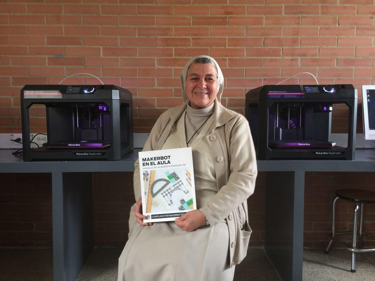 Hermana Martha Cecilia Potes Restrepo en el Colegio Santa Mariana de Jesús en Colombia. / Foto: cortesía de MakerBot.