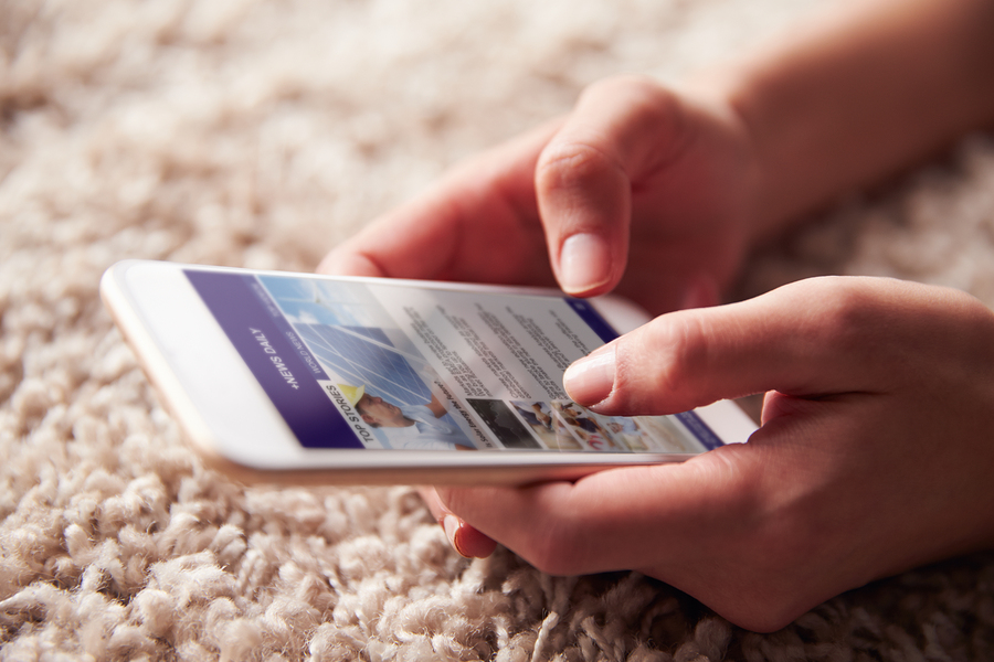 La mayoría de los estudiantes se informa a través de discusiones en línea, por redes sociales, en diarios digitales o por feeds noticiosos. Menos de la mitad lo hace por televisión, radio o periódicos impresos. - Imagen: Bigstock