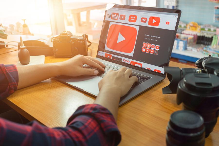 YouTube financiará a EduTubers para crear contenido en temas referentes a habilidades profesionales, como tutoriales para el desarrollo de currículums, cursos de programación de videojuegos o clases de JavaScript. - Imagen: Bigstock