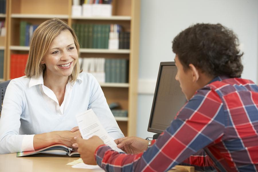 La comunicación personalizada entre estudiantes y universidades es la clave para mejorar la experiencia estudiantil y asegurar donaciones de egresados, según estudio. - Foto: Bigstock