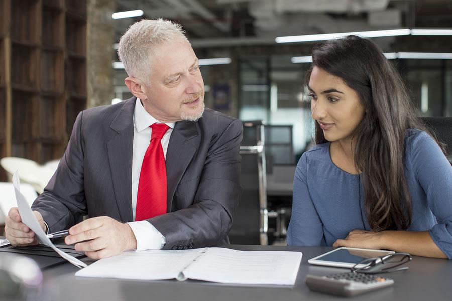 Aunque tener un buen mentor tiene gran impacto en el éxito profesional de los estudiantes, el 12% no reciben ningún tipo de asesoramiento, según un estudio de Gallup. - Foto: Bigstock