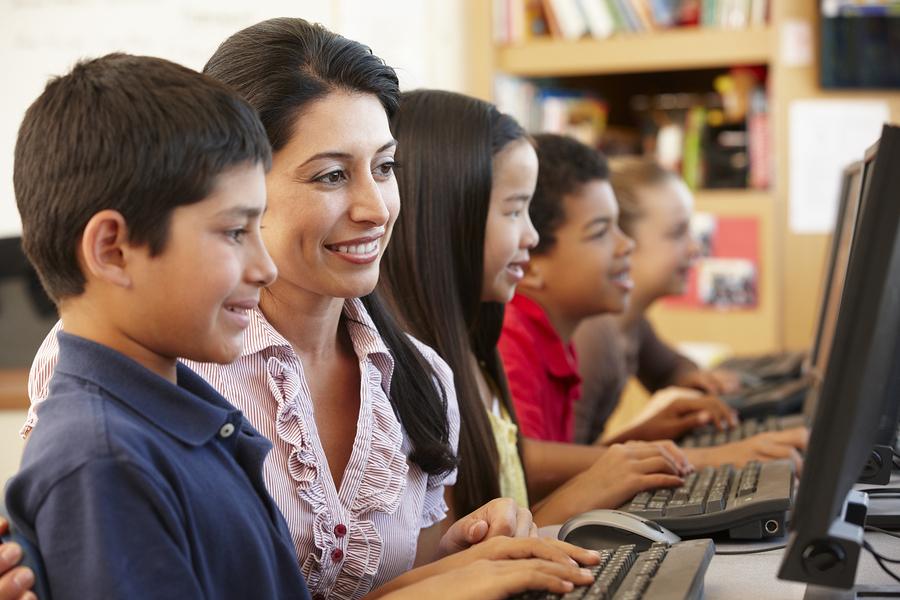 Según el estudio, el 80% de los encuestados de Chile, Perú, Colombia, México y España piensa que la tecnología brinda mayor acceso a recursos educativos, sin embargo, los docentes señalan que existe inhabilidad en los estudiantes para seleccionar fuentes de información fiables. - Imagen: Bigstock.