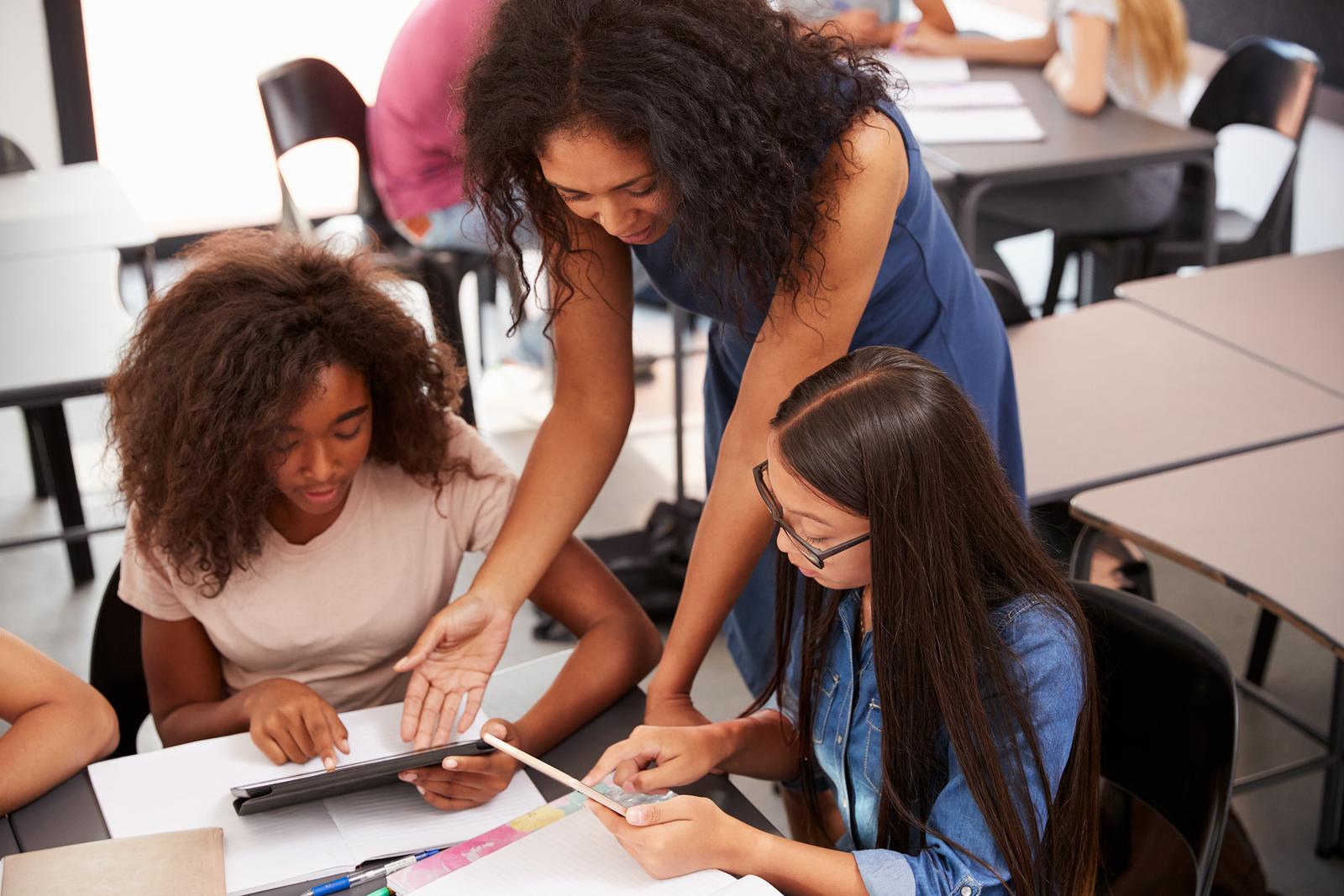 En este Edu bit te explicaremos cómo integrar la tecnología educativa de Google para motivar a los alumnos y desarrollar cinco competencias formativas: autogestión, colaboración y comunicación, pensamiento crítico, creatividad e innovación y responsabilidad social y personal. - Foto: Bigstock
