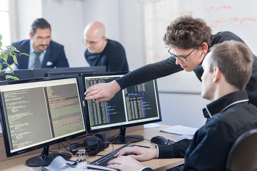Andrew Ng, pionero de soluciones de inteligencia artificial, lanza un manual de tácticas para motivar a las medianas y grandes empresas a desarrollar soluciones de IA. - Imagen: Bigstock.