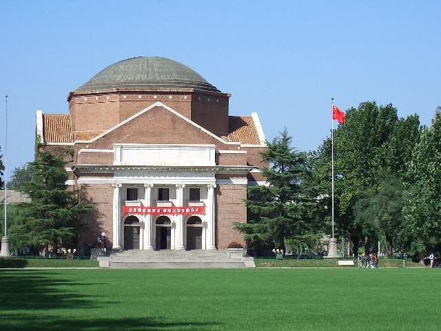Una vez más, las universidades chinas sobresalieron en el ranking de universidades de economías emergentes. Pero este año, Egipto y Malasia sorprendieron, escalando lugares y reclamando 30 posiciones en total. - Foto: El Gran Auditorio de la Universidad de Tsinghua en Beijing, China / Por: Pfctdayelise.