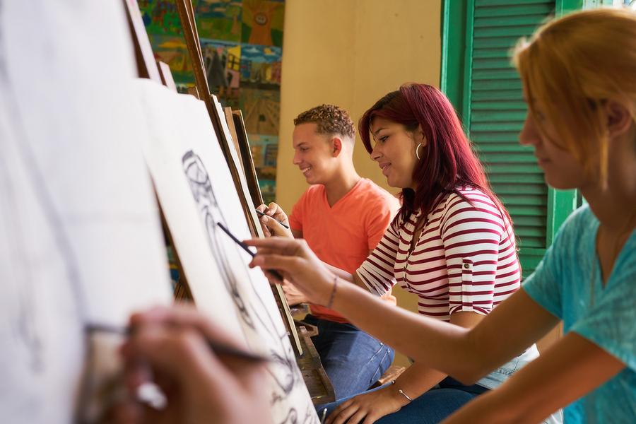 Un nuevo estudio confirma que incluir educación artística en el currículo tiene beneficios medibles que incluyen mayor compasión, mejores tasas de disciplina y mejor desempeño en los exámenes de escritura. - Imagen: Bigstock