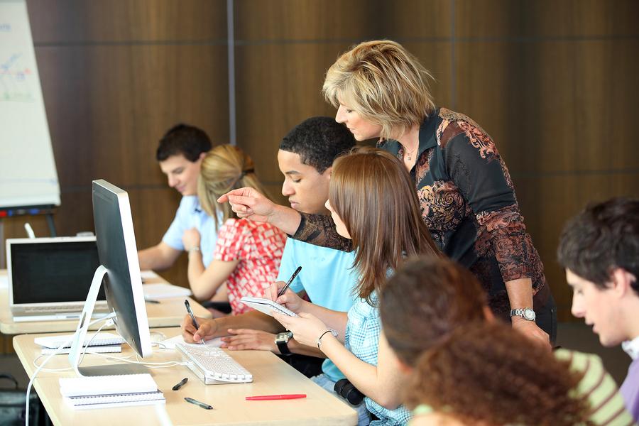 Para apoyar a los estudiantes universitarios a nivelar sus conocimientos y habilidades, necesitamos ofrecerles más soluciones. - Foto: Bigstock