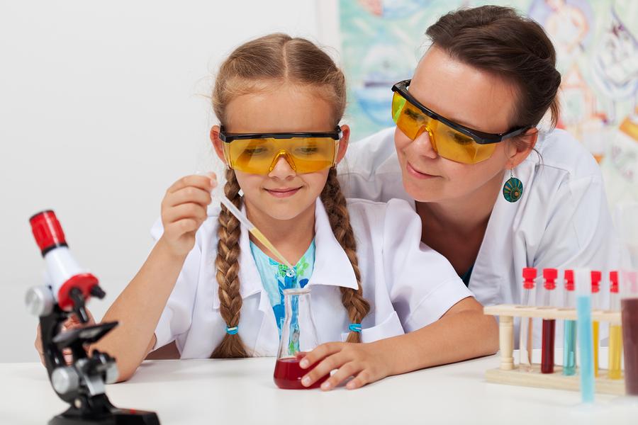 Según Microsoft, solo el 60 % de las niñas entienden la importancia de las materias STEM en sus objetivos personales y profesionales. La compañía señala la falta de mentores y modelos a seguir como un gran culpable. - Imagen: Bigstock