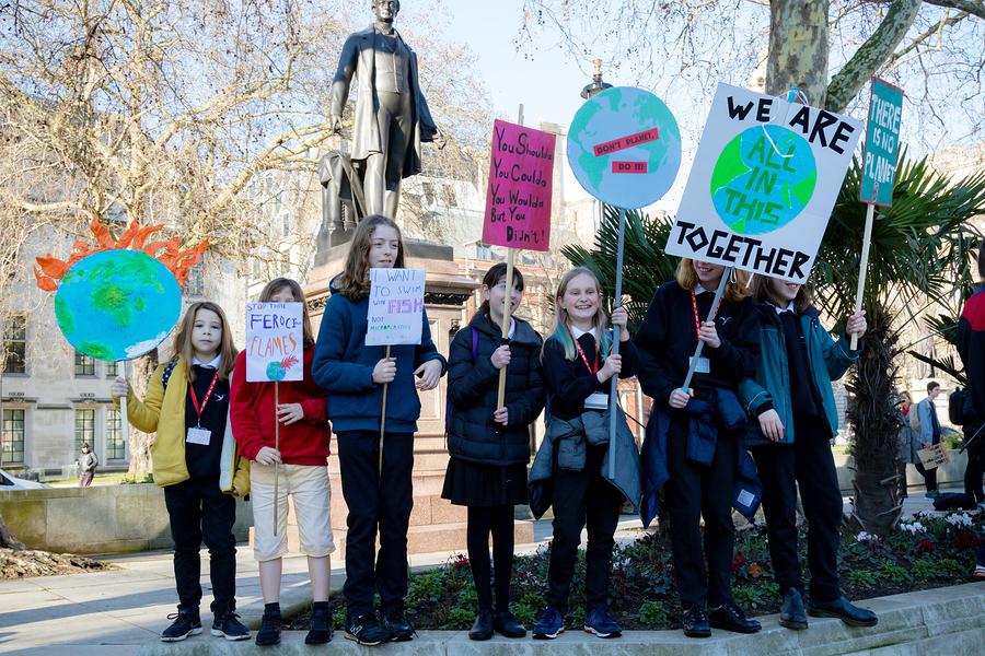 El cambio climático está haciendo que las generaciones más jóvenes demanden acciones, aún así, las escuelas no incluyen este tema en su plan de estudios. - Imagen: Bigstock