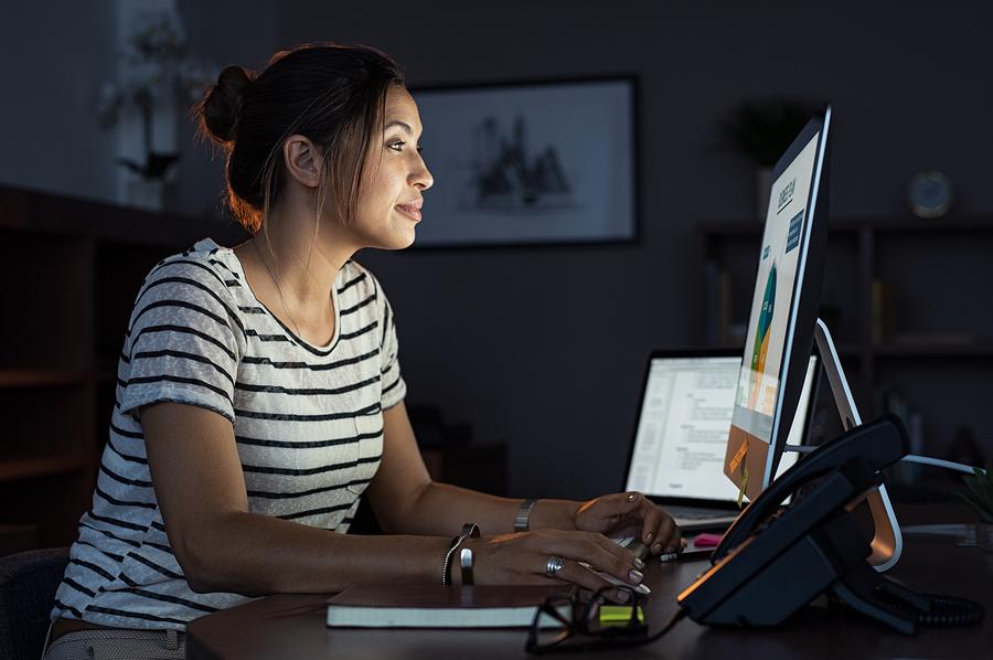 Atrás quedó el día de hablar solo de cursos MOOC como tal. Hoy en día se ofrecen desde certificados profesionales hasta maestrías y grados completos en línea. - Foto: Bigstock