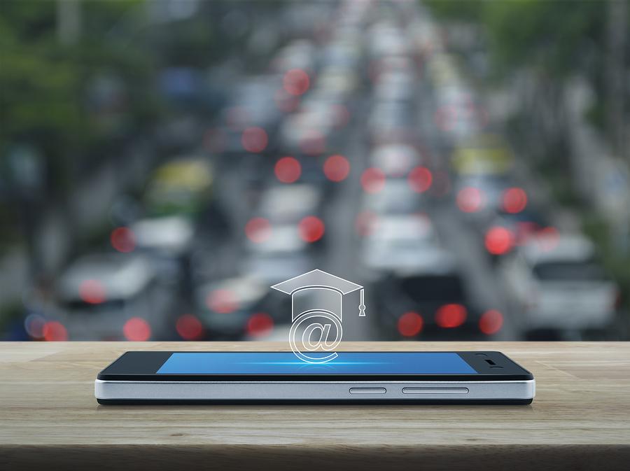 Un enfoque que aprovecha la tecnología móvil para aprender, viene a poner nuevos retos en materia de educación - Foto: Bigstock