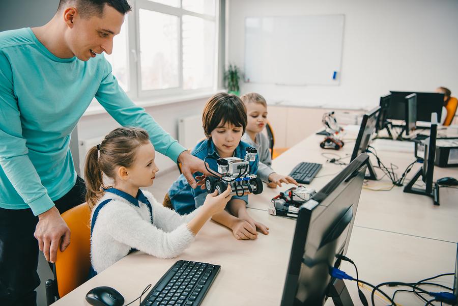 Aquí te presentamos algunas herramientas que pueden ayudar a los estudiantes a desarrollar habilidades en las áreas STEM. - Imagen: Bigstock
