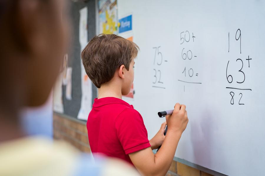 El recurrente bajo rendimiento en matemáticas podría tener una raíz psicológica. - Foto: Bigstock