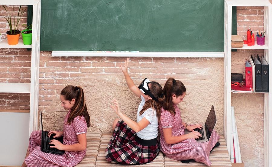 Se estima una mayor influencia tecnológica en la experiencia educativa, lo que demandará mayor compromiso de los padres de familia. - Imagen: Bigstock.