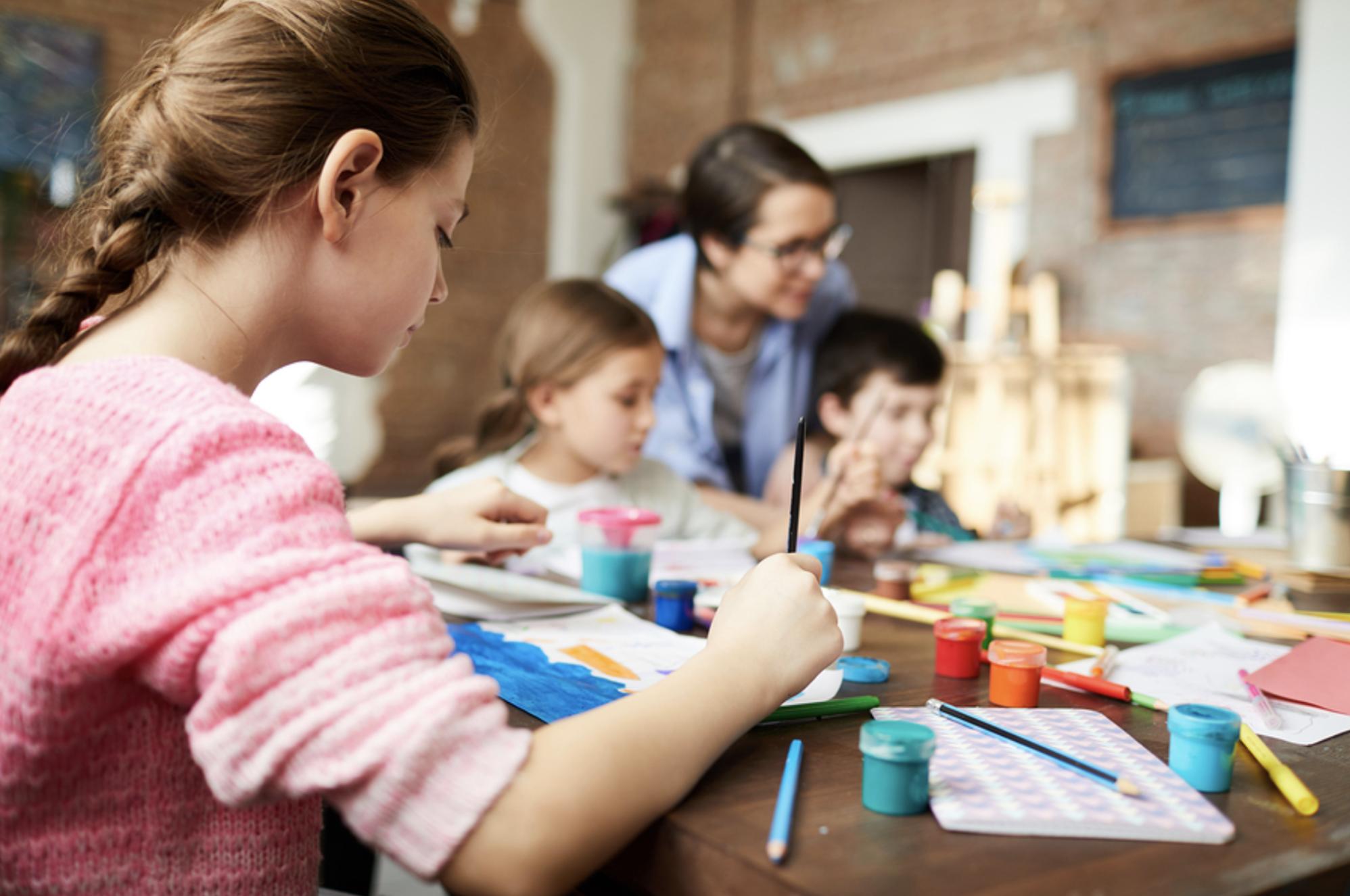 Las lecciones de arte son un excelente vehículo para enseñar habilidades socioemocionales. - Imagen: Bigstock