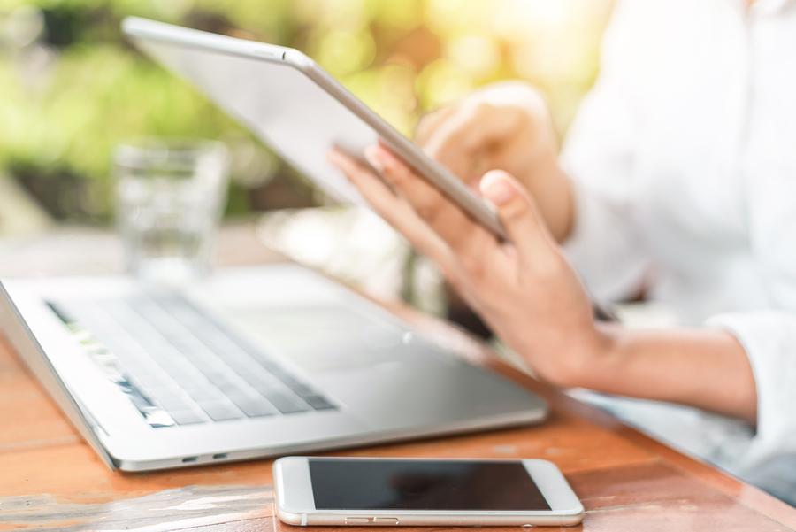 La gramática con la tecnología, ¿se deforma o evoluciona?, ¿se renueva con el uso del chat?, ¿cuál es el alcance de la RAE en la era digital? - Imagen: Bigstock