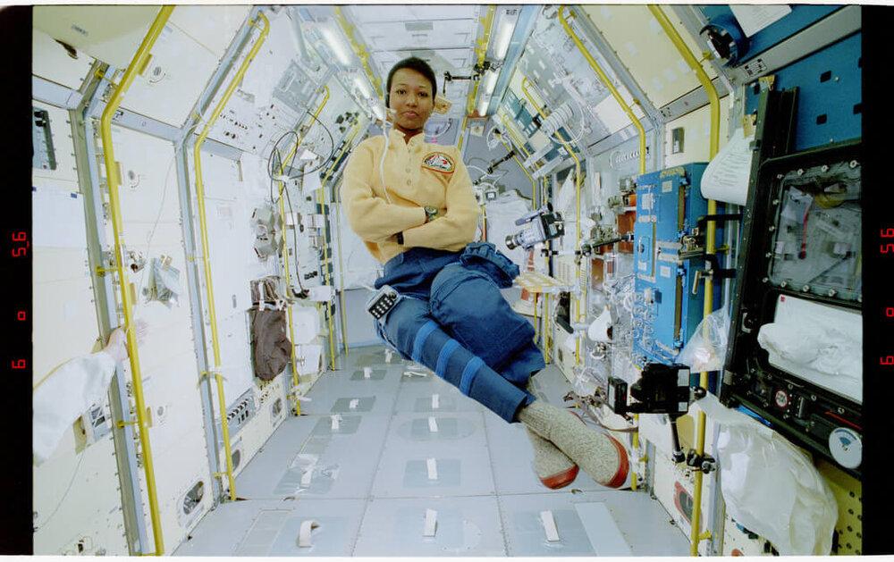 Foto: Mae Jemison, ingeniera, médico y astronauta de la NASA. Fue la primera mujer afroamericana en viajar al espacio. Fuente: The U.S. National Archives.