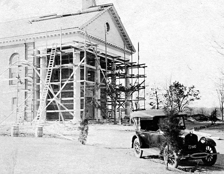 "<div class=""ch"">Memorial Chapel under construction in 1925</div>"