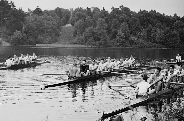 "<div class=""ch"">Crew practice on Bateman's Pond in the 1930's </div>"
