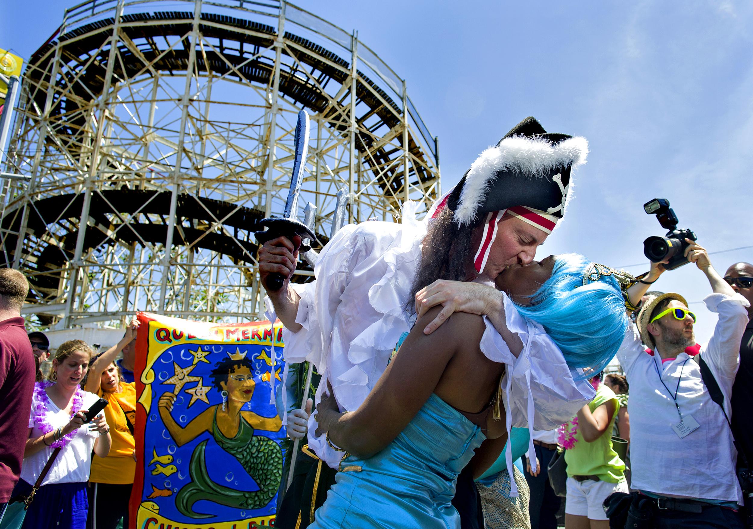 NYC Mayor Bill de Blasio kisses wife Chirlane McCray at Mermaid Parade, Coney Island, 2014