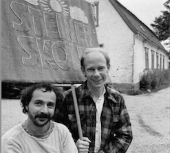 Godi og Dane utenfor skolen på Nabbetorp. 1986