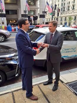Hyundai American Technical Center President William Freels hands Keys of Hyundai FCV to DOE Assitant Secretary David Friedman
