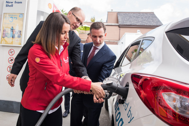 Refueling an FCV at Canada's first hydrogen refueling station at a Shell gas station in Vancouver. Source: Green Car Reports.