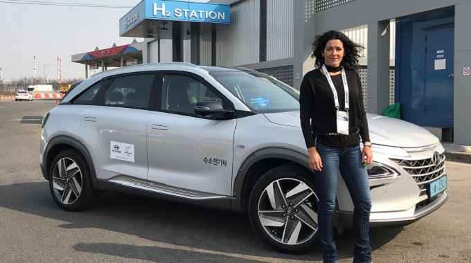 Dr. Linda Wright (Chief Executive of the New Zealand Hydrogen Association) with Hyundai's NEXO FCV. Source: EV Talk