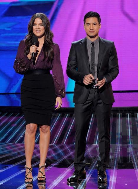 Khloe-Kardashian-Mario-Lopez-Host-The-X-Factor-Week-1-13-580x793.jpg