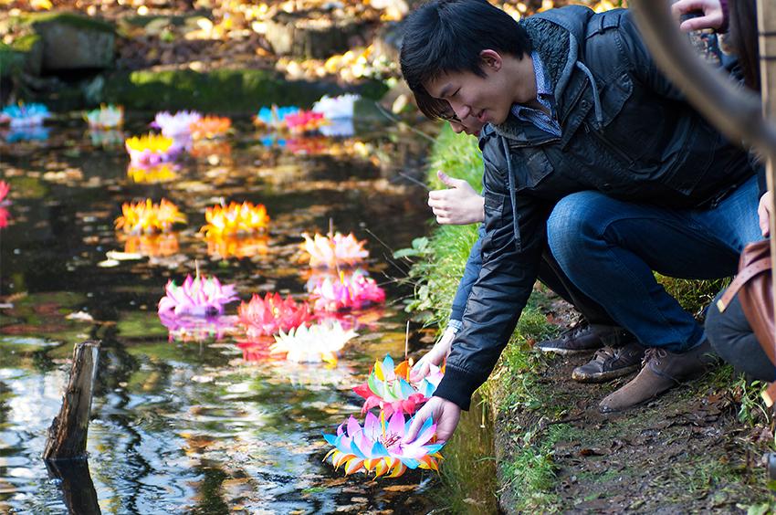 Richard-Slater_PeopleinLondon__Floating-Flower.jpg