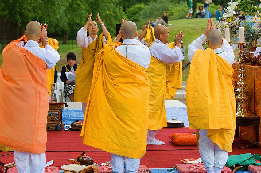 Richard-Slater_PeopleinLondon__Peace-Pagoda.jpg