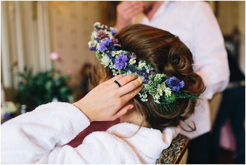 Braut beim fertigmachen