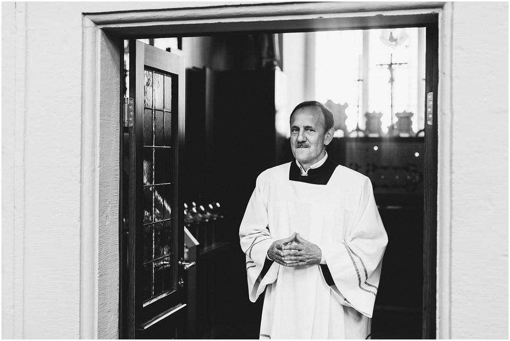 Pfarrer vor der Kirche