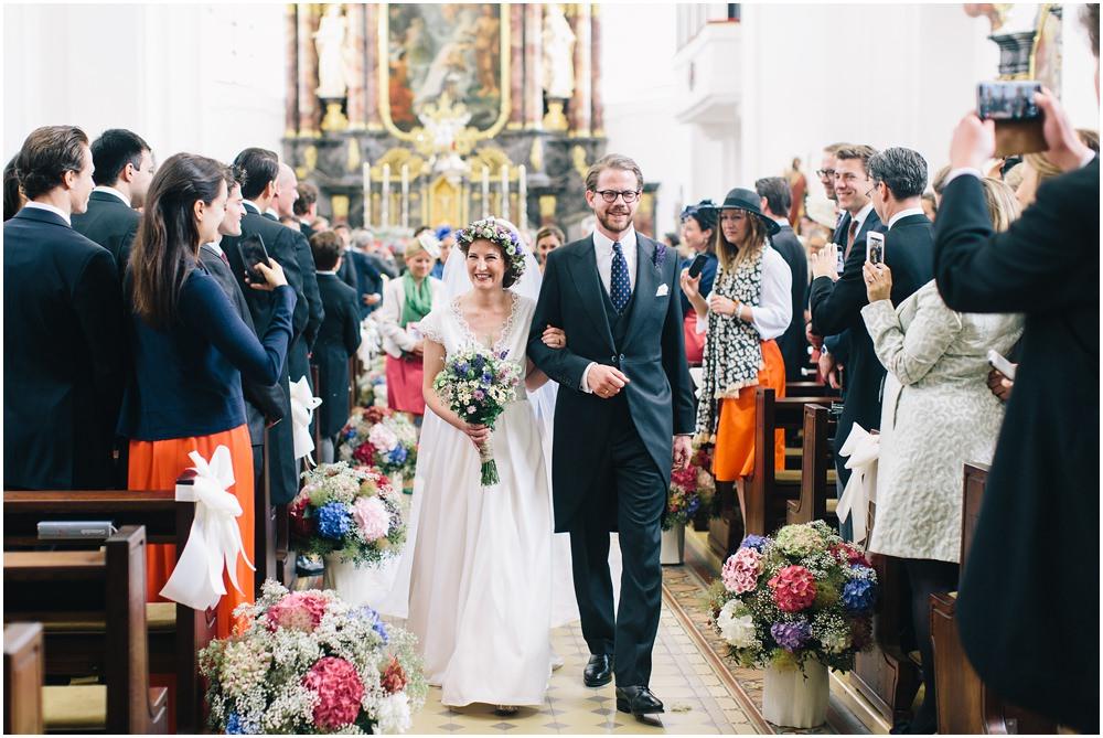 Brautpaar schreitet durch die Kirche