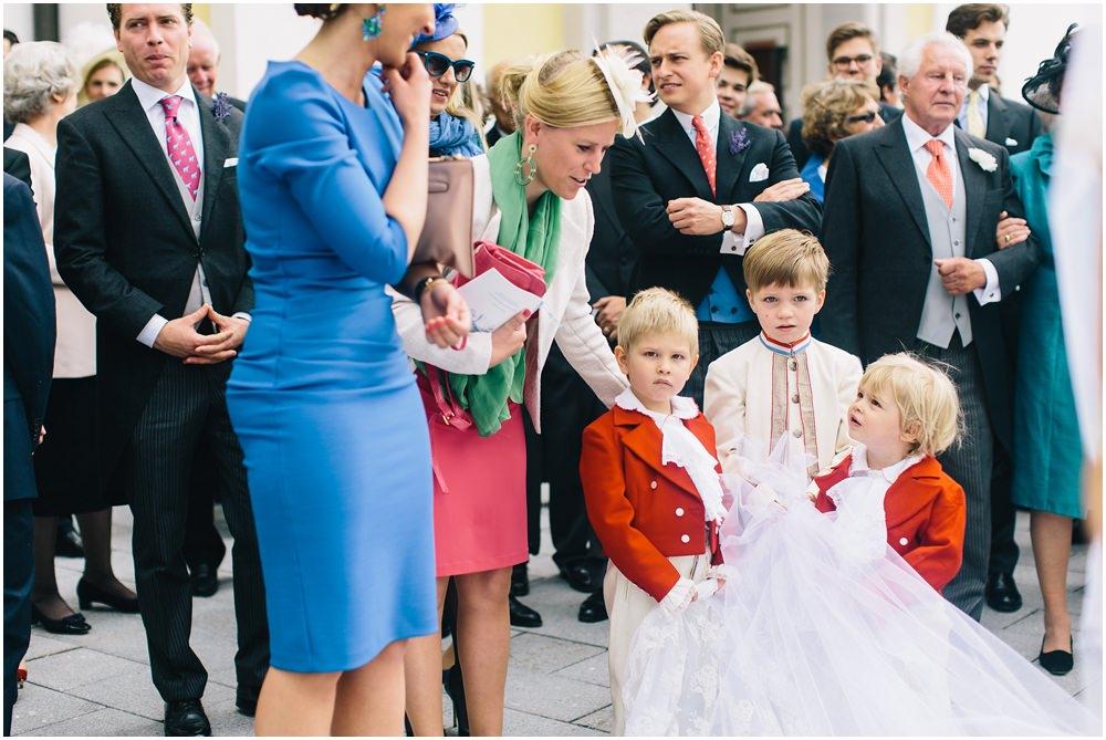 Hochzeitsgäste und der Schleier