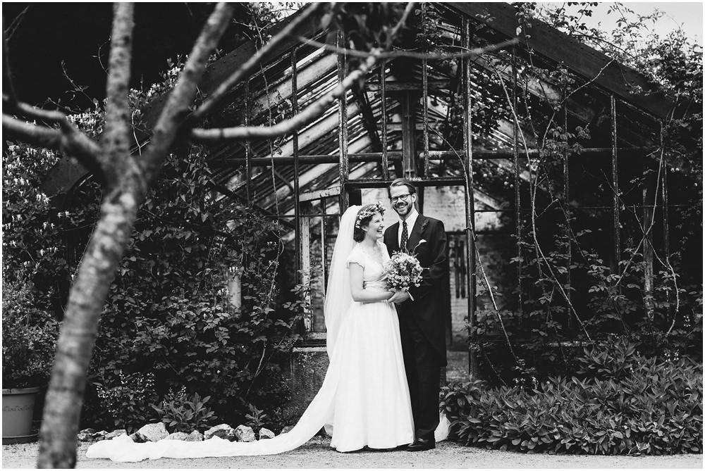 Brautpaar vor einer Scheune
