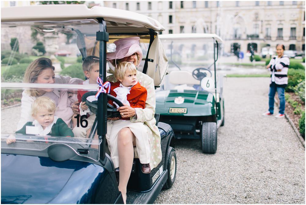 Hochzeitsgäste in Golferwagen