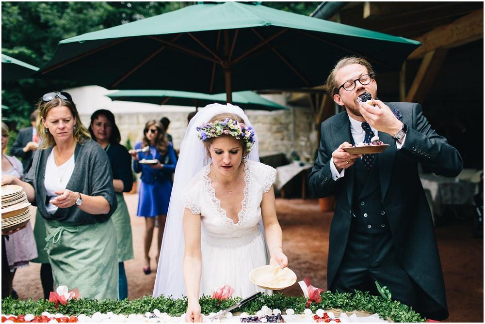 Das Brautpaar am Buffet