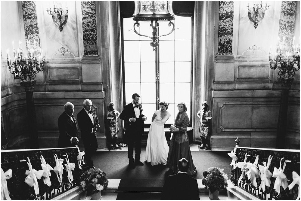 Brautpaar am Fuße der Treppe