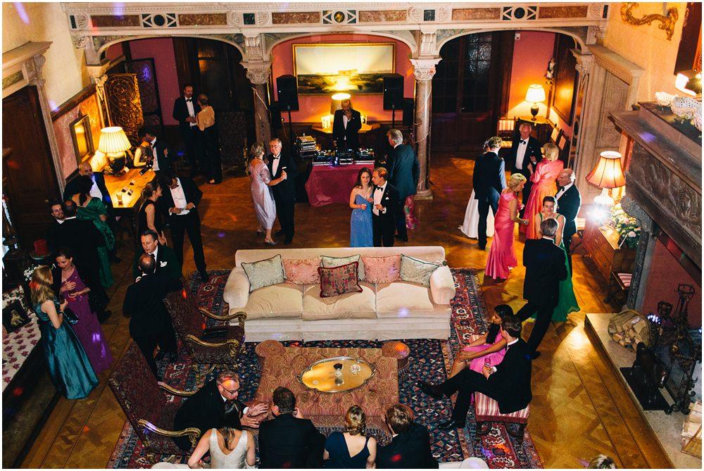 Hochzeitsgäste beim feiern