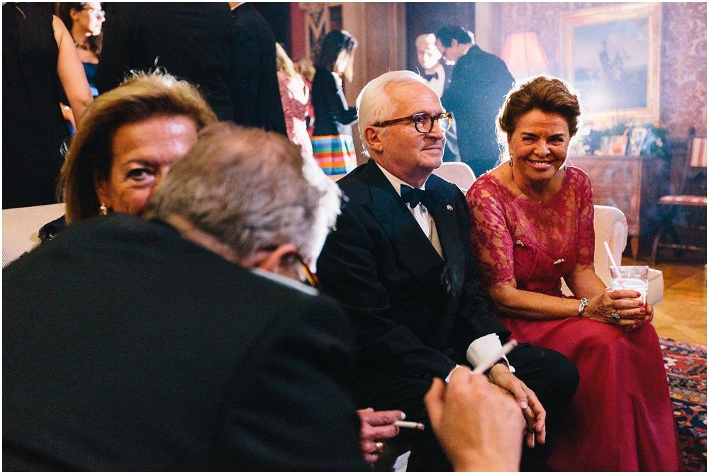 Hochzeitsgäste beim plaudern