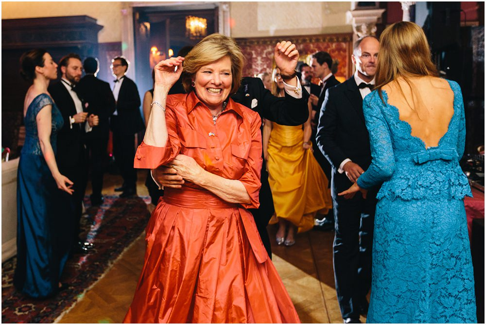 Brautmutter tanzt albern