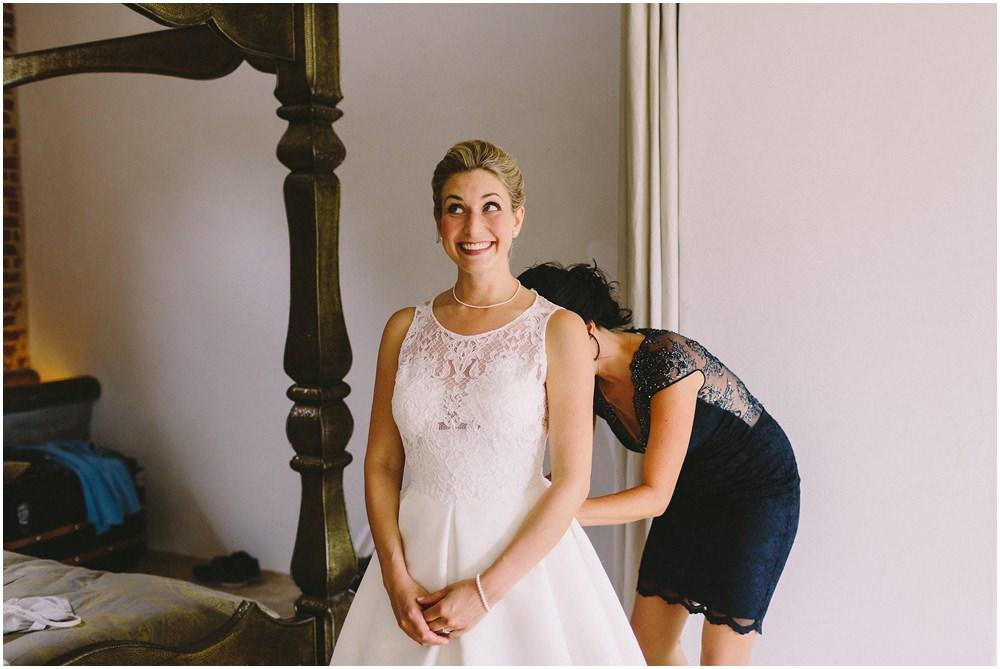 Die Braut beim ankleiden